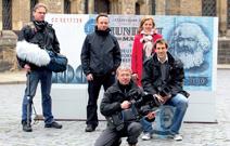 Das Team auf dem Leipziger Nikolaikirchplatz: die Autoren mit Kameramann Roland Rippl, Kamerassistenten Dirk Schittkowski und Peter Schuster.